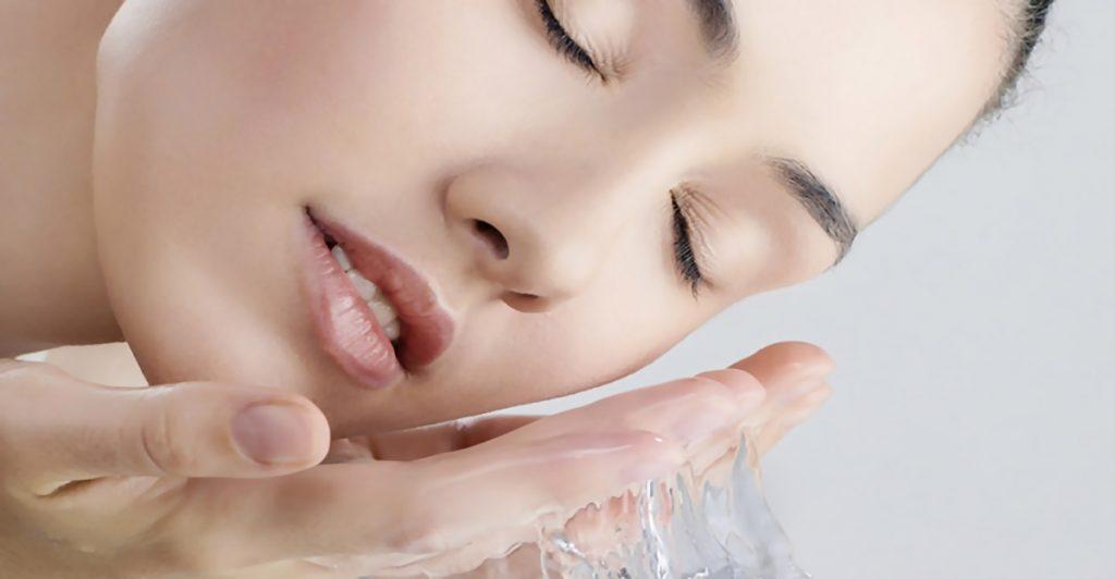 Plej din hud med produkter som Vichy eller Decubal.